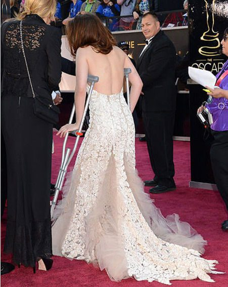 Kristen Stewart arrived at the Oscars 2013 on crutches